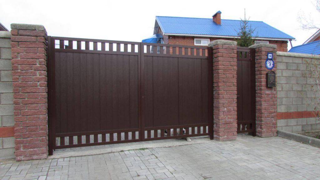Распашные ворота и забор из пескоблоков