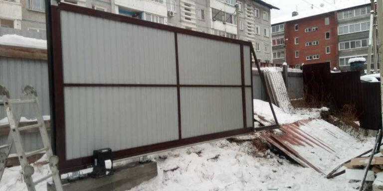 Откатные ворота и забор в предместье Рабочее