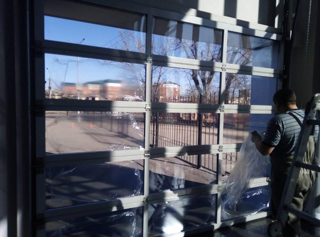 Панорамные стекла на подъемных воротах